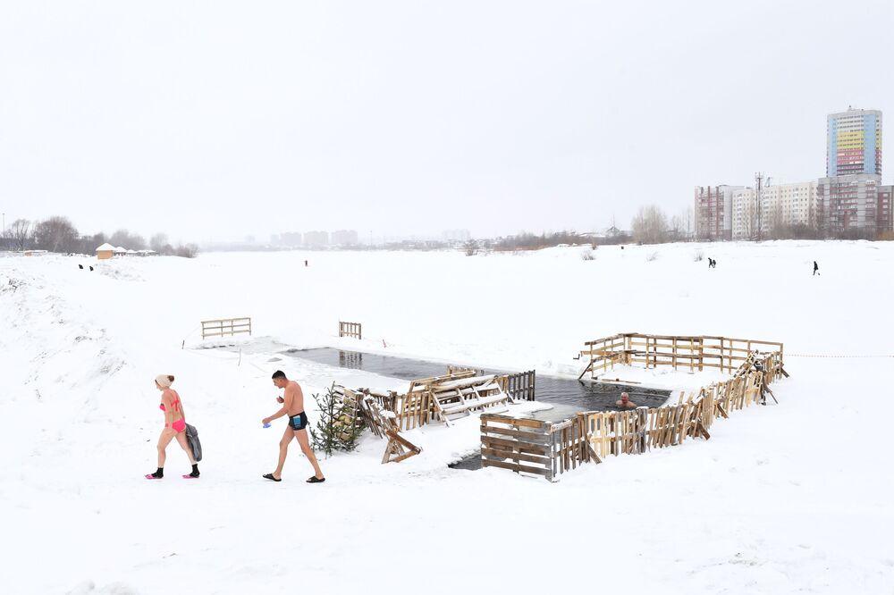 أعضاء نادي السباحة الشتوية والتصلب في بحيرة في منطقة لينينسكي، نوفوسيبيرسك 25 يناير 2020