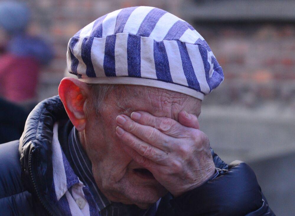 أحد الناجين من معسكر أوشفيتز النازي في بولندا، أثناء مشاركته في فعالية بمناسبة مرور الذكرى الـ75 على تحرير الجيش السوفيتي للمعسكر، 27 يناير 2020