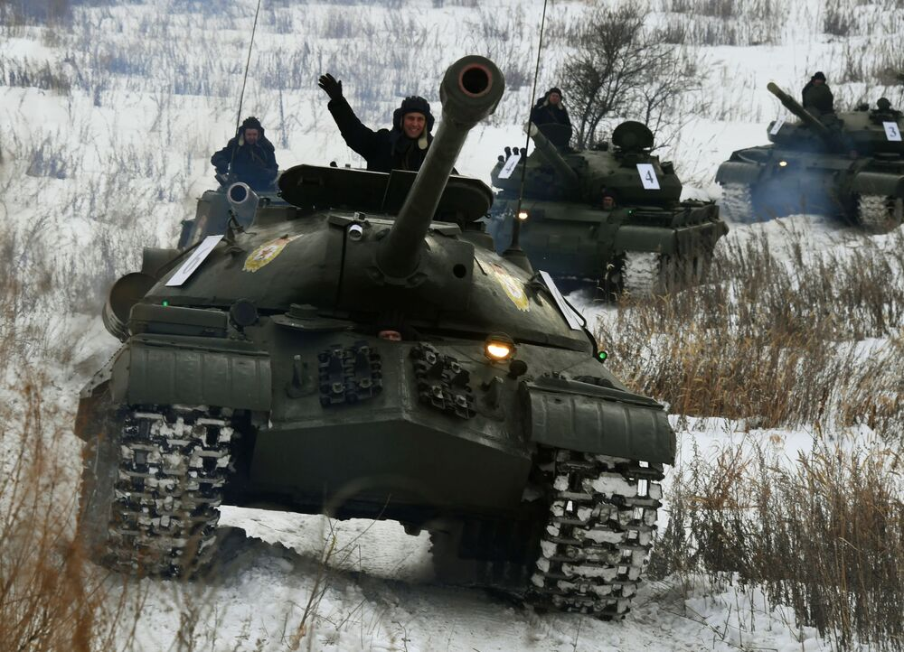 دبابة سوفيتية إس-3 خلال عرض للمركبات المدرعة في إقليم بريمورسكي الروسي، 28 يناير 2020