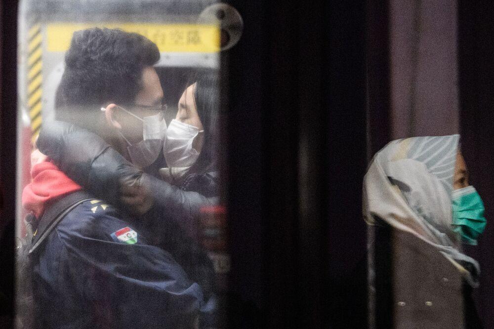 ثنائي صيني في مترو أنفاق هونكوغ، بعد الإعلان عن اتخاذ الاجراءات اللازمة عقب انتشار فيروس كورونا في ميدنة ووهان، 27 يناير 2020