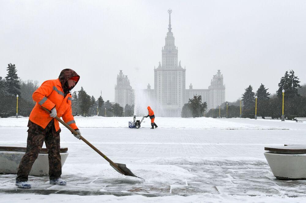 موظفو الخدمة العامة أثناء إزالة الثلوج بالقرب من مبنى جامعة موسكو الحكومية على فوروبيوفي غوري (تلال الدويري) في موسكو، 28 يناير 2020