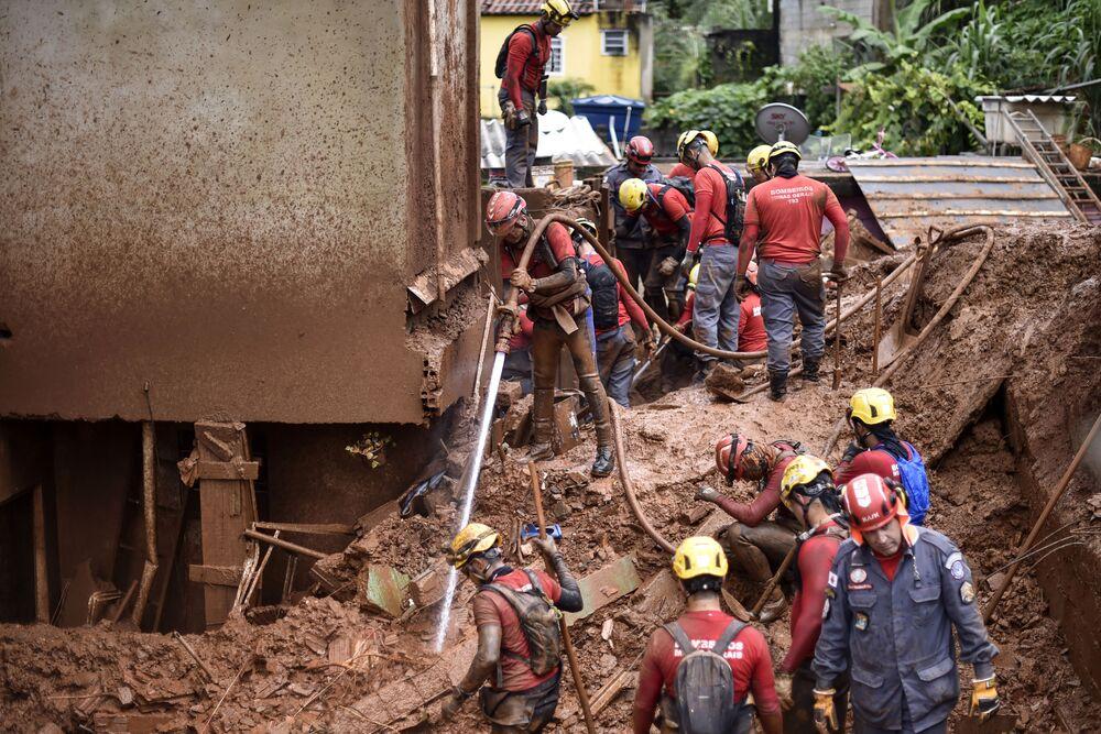 رجال الاطفاء يبحثون عن مفقودين نتيجة للانهيار الأراضي في فيلا برناديت، بيلو هوريزونتي، ميناس جيرايس، البرازيل 26 يناير 2020