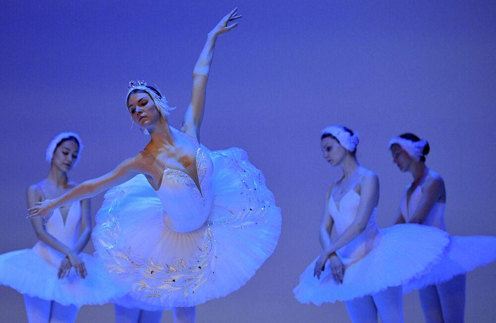 راقصات باليه روسيات في بروفة لرقصة بحيرة البجعة في مسرح كولون في بوغوتا، 30 يناير 2020