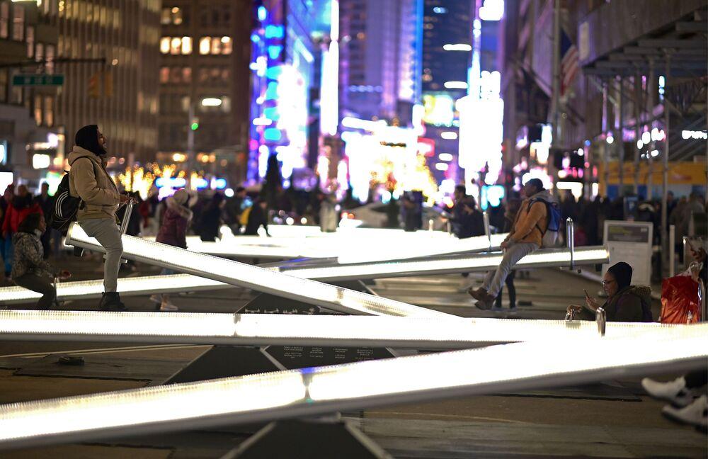 أشخاص يركبون أرجوحة مضيئة اسمها امبولس في برودواي بالقرب من تايمز سكوير في نيويورك، الولايات المتحدة 29 يناير 2020