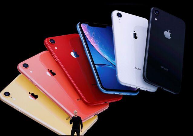 الرئيس التنفيذي لشركة أبل تيم كوك يعرض هواتف آيفون 11 في المقر الرئيسي للشركة في كوبرتينو، كاليفورنيا، الولايات المتحدة، 10 سبتمبر/ أيلول 2019