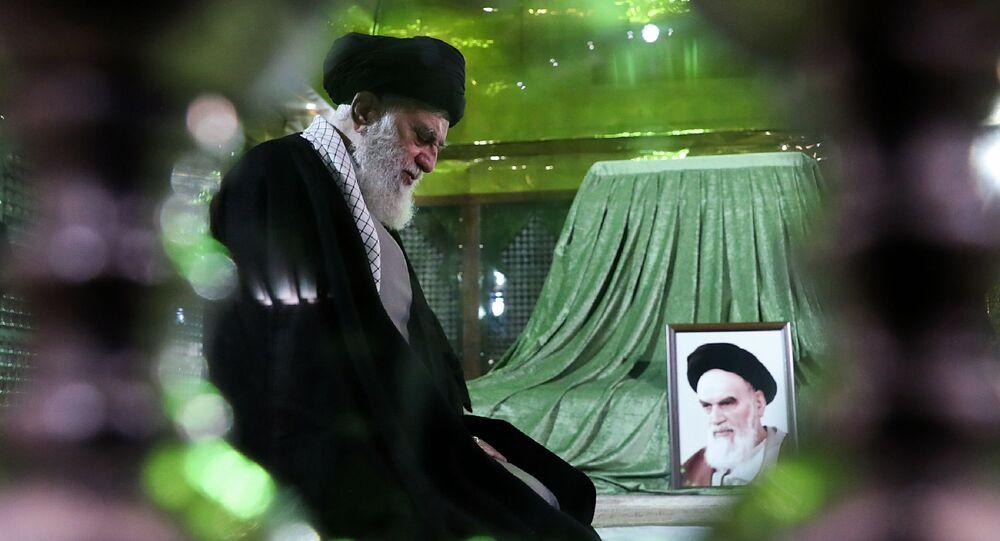 المرشد الإعلى للثورة الإيرانية آيه الله علي خامنئي يزور ضريح قائد الثورة الإيرانية الإمام الخميني