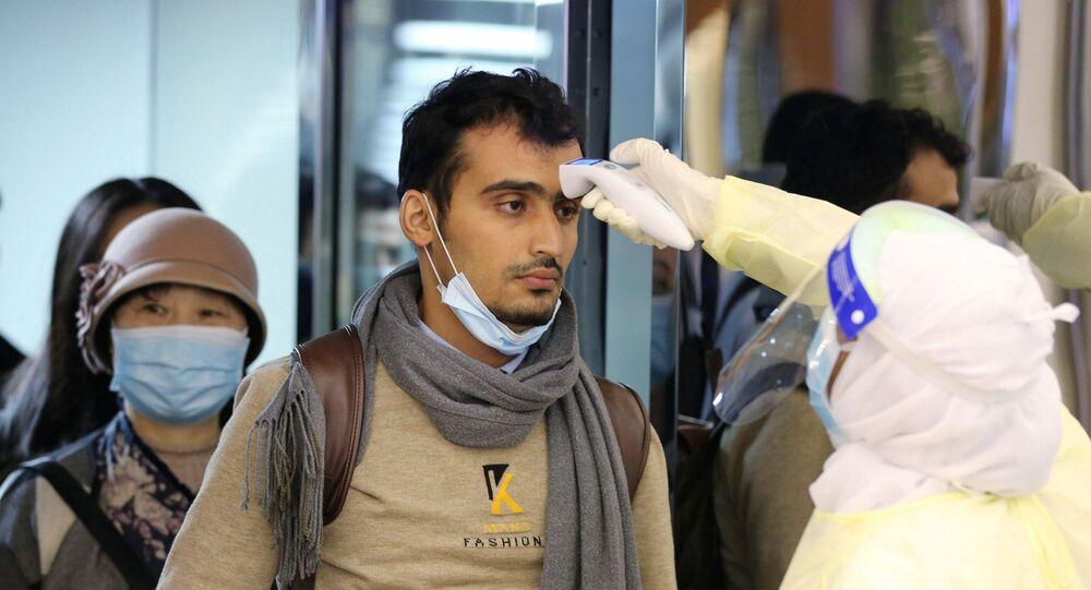ركاب قادمون من الصين إلى السعودية ووزارة الصحة السعودية تقوم بالكشف عليهم في المطار بسبب فيروس كورونا