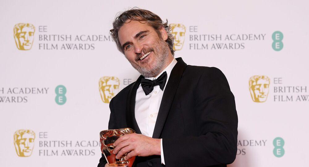 الممثل الأمريكي واكين فينيكس بعد فوزه بجائزة بافتا البريطانية، في قاعة رويال ألبرت في العاصمة البريطانية لندن 2 فبراير/ شباط 2020