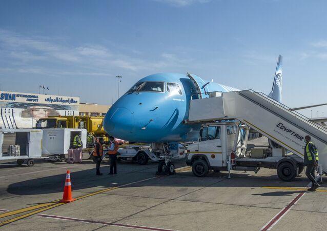 طائرة مصرية في مطار أسوان الدولي