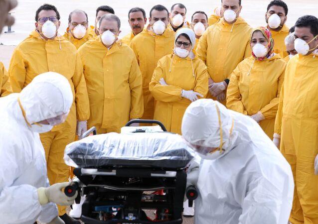 وزيرة الصحة المصرية ضمن الفريق الطبي الذي استقبل المصريين العائدين من ووهان الصينية