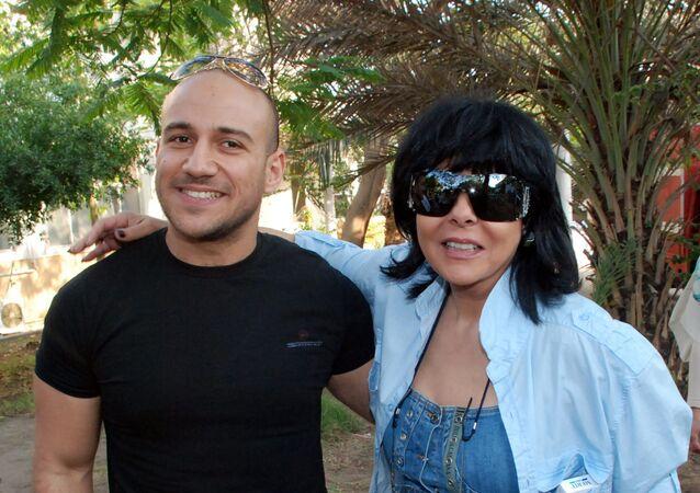 الفنان المصري أحمد مكي مع الفنانة المصرية إسعاد يونس