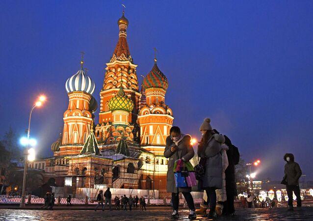 سياح يرتدون أقنعة واقية بعد تأكيد حالات الإصابة بفيروس كورونا في روسيا، يلتقطون صورا في موسكو، 1 فبراير 2020