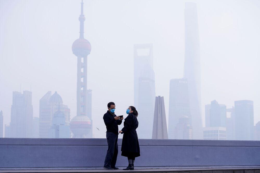 أشخاص يرتدون أقنعة واقية في شنغهاي، الصين 3 فبراير 2020