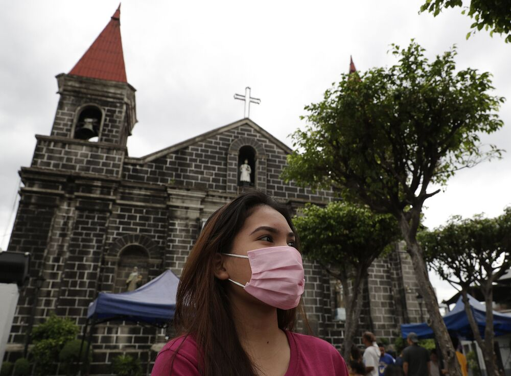 امرأة ترتدي قناعا واقيا في مانيلا، الفلبين 2 فبراير 2020
