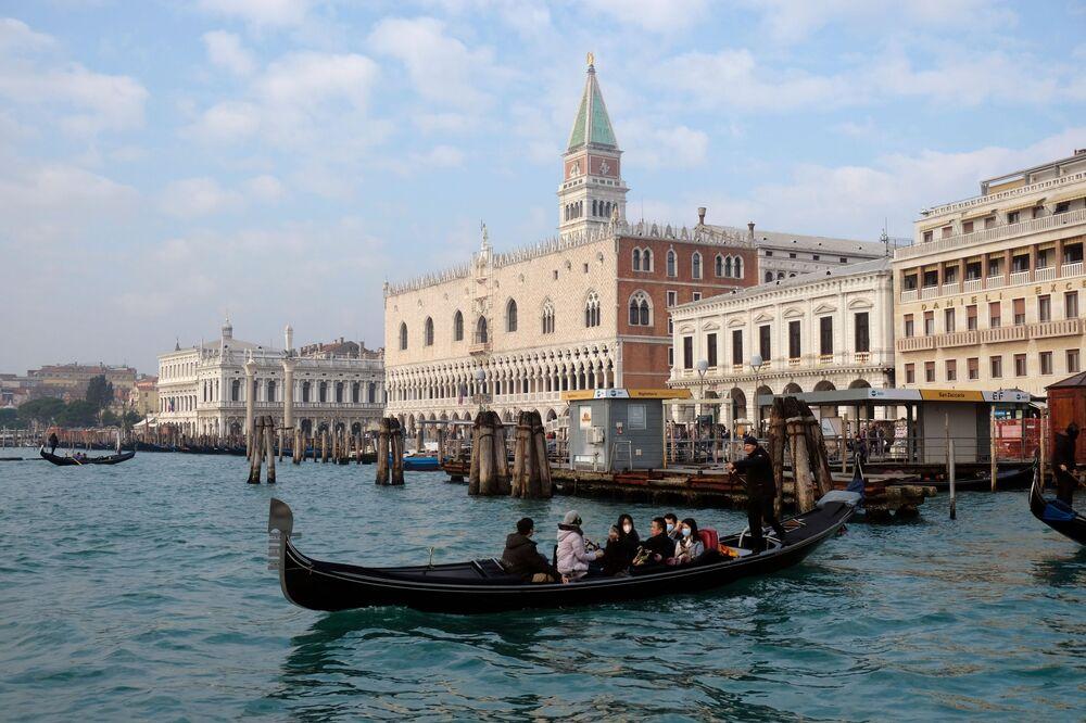 سياح يرتدون أقنعة واقية بعد تأكيد حالات الإصابة في إيطاليا، يلتقطون صورة سيلفي في مدينة البندقية، 31 يناير 2020