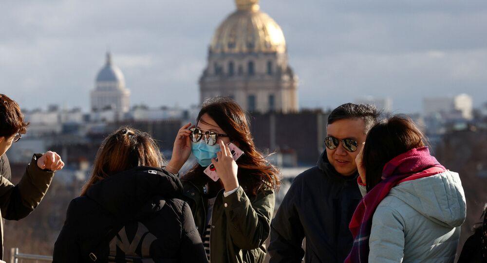 سائحة صينية ترتدوي قناعا واقيا بعد تأكيد حالات الإصابة بفيروس كورونا في فرنسا،1 فبراير 2020