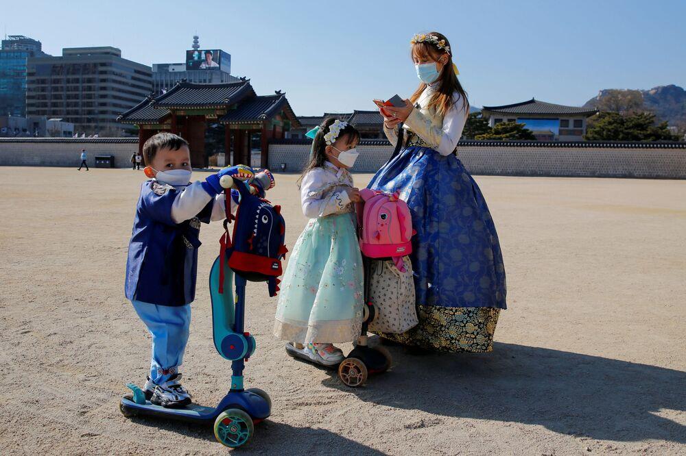 امرأة ترتدي قناعا واقيا في  سيئول، بعد تأكيد حالات الإصابة بفيروس كورونا في كوريا الجنوبية، 3 فبراير 2020