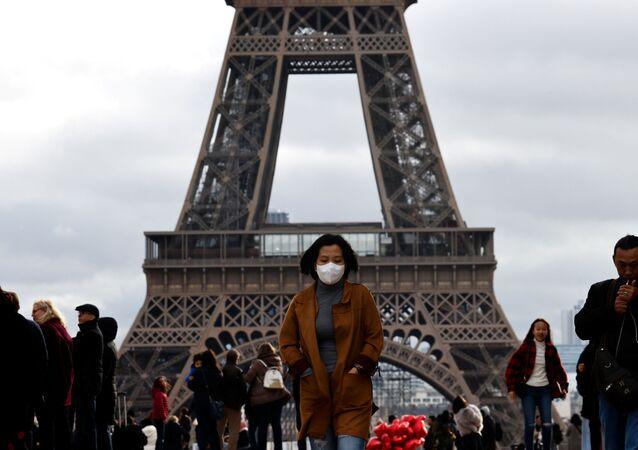 امرأة ترتدي قناعا واقيا في باريس، بعد تأكيد حالات الإصابة بفيروس كورونا في فرنسا 1 فبراير 2020