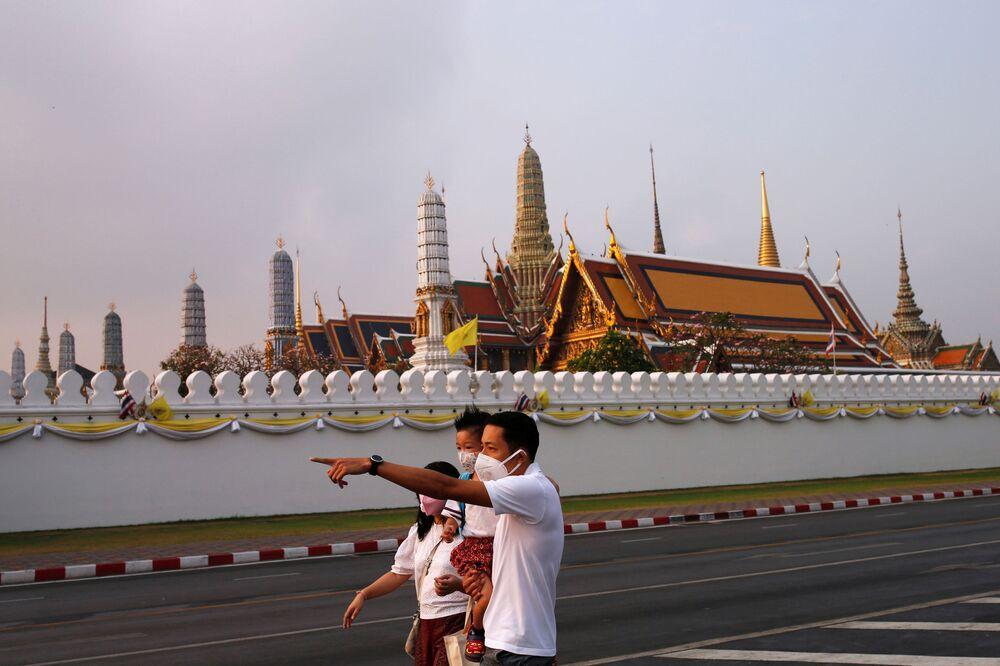 سياح صينيون يرتدون أقنعة واقية بعد تأكيد حالات الإصابة بفيروس كورونا في بانغ كونغ، 2 فبراير 2020