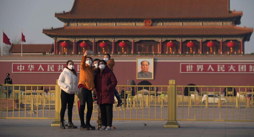 زوار يرتدون أقنعة واقية في بكين، 30 يناير 2020
