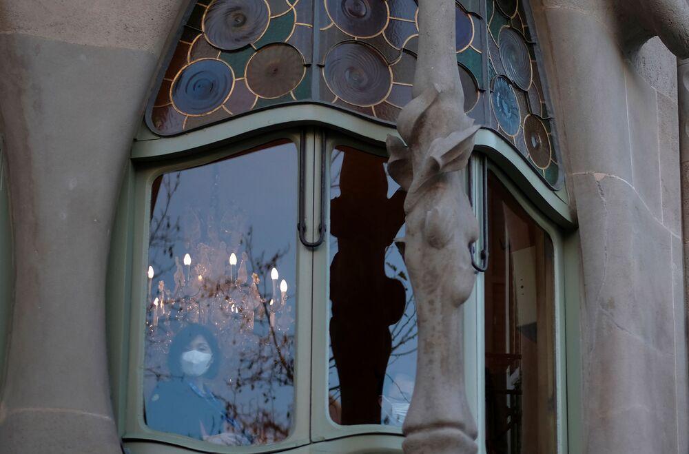 سائحة صينية ترتدي قناعا واقيا بعد تأكيد حالات الإصابة بفيروس كورونا في إسبانيا، تلتقط صورة في مبنى كازا باتلو في برشلونة 2 فبراير 2020
