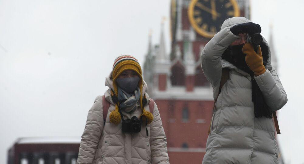 أشخاص يرتدون أقنعة واقية بعد تأكيد حالات الإصابة بفيروس كورونا في روسيا، يلتقطون صورا في موسكو، 28 يناير 2020