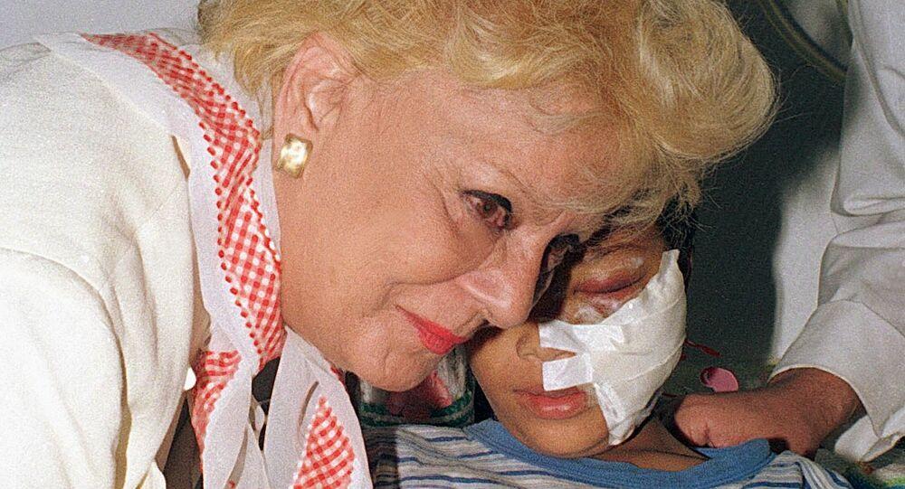 الفنانة المصرية نادية لطفي تقبل يد طفل فلسطيني مصاب في مستشفى ناصر بالقاهرة في 8 أكتوبر/ تشرين الأول 2000