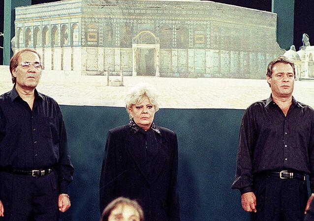 الفنانين المصريين فاروق الفيشاوي ونادية لطفي ومحمود ياسين خلال مشاركتهم في أوبريت لدعم الشعب الفلسطيني عام 2000