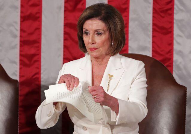 نانسي بيلوسي تمزق نسخة من خطاب ترامب بعد انتهاء خطاب حالة الاتحاد في الكونغرس