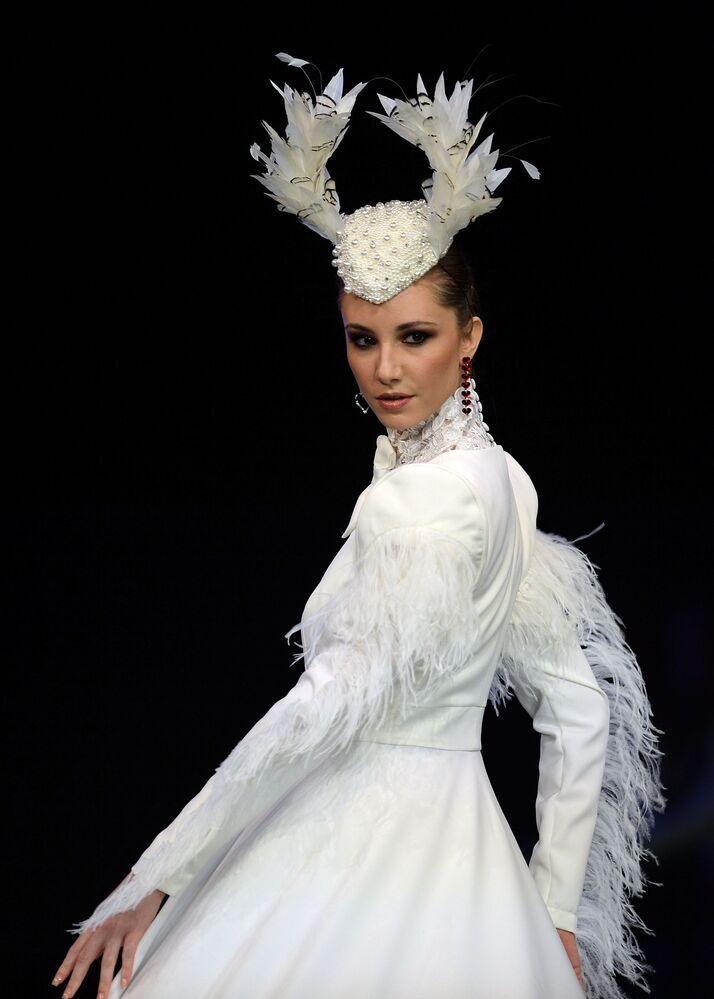 عارضات أزياء تقدم تصاميم بروفينسيا دي غرانادا (Provincia de Granada) خلال عرض أزياء الفلامنكو الدولي (سيموف) (International Flamenco Fashion Show (SIMOF)) في إشبيلية، إسبانيا في 1 فبراير 2020.