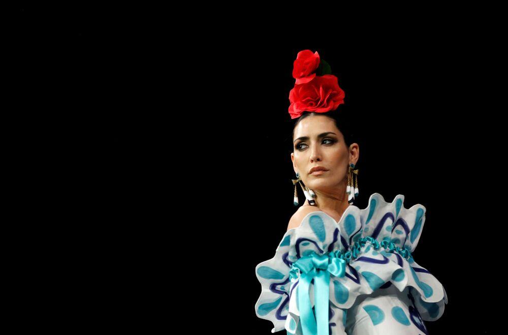عارضات أزياء تقدم تصاميم أنطونيو غوتيريز (Antonio Gutierrez) خلال عرض أزياء الفلامنكو الدولي (سيموف) (International Flamenco Fashion Show (SIMOF)) في إشبيلية، إسبانيا في 1 فبراير 2020.