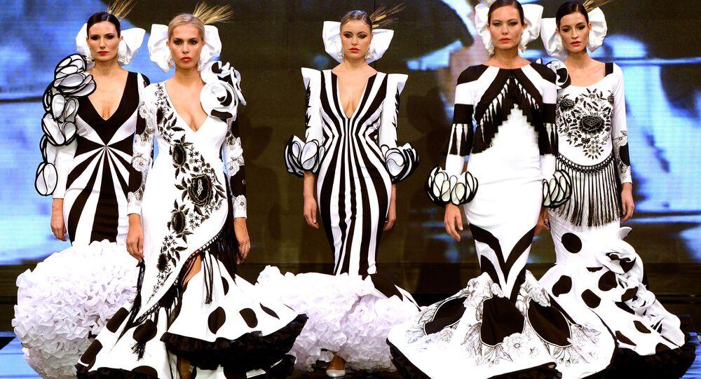 عارضات أزياء تقدم تصاميم أنا مورون (Ana Moron) خلال عرض أزياء الفلامنكو الدولي (سيمون) (International Flamenco Fashion Show (SIMON)) في إشبيلية، إسبانيا في 31 يناير 2020.
