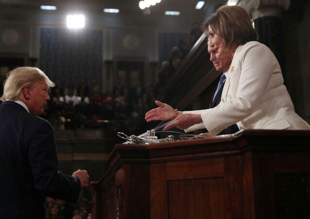 الرئيس الأمريكي دونالد ترامب يرفض مصافحة رئيس مجلس النواب الأمريكي نانسي بيلوسي
