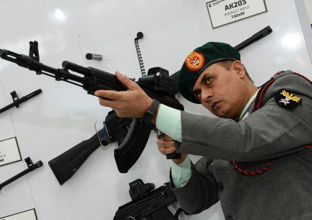 المعرض الدولي للصناعات الدفاعية ديف إكسبو إنديا 2020 في الهند، 5 فبراير 2020 - أحد زوار المعرض في جناح كلاشنكوف