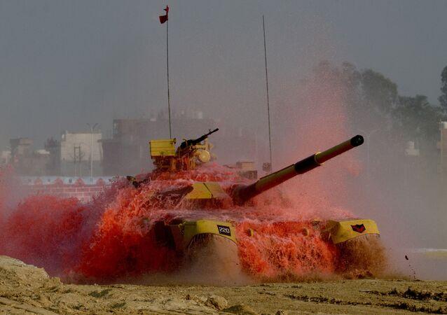 المعرض الدولي للصناعات الدفاعية ديف إكسبو إنديا 2020 في الهند، 5 فبراير 2020 - دبابة تي-90 (بهيشما) خلال مراسم افتتاح المعرض