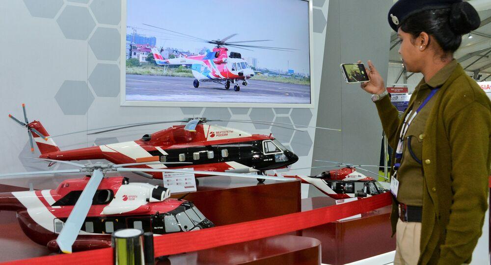 المعرض الدولي للصناعات الدفاعية ديف إكسبو إنديا 2020 في الهند، 5 فبراير 2020 - زوار المعرض في جناح فيرتوليوتي روسيي (مروحيات روسيا)