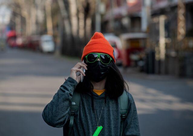 فتاة ترتدي قناعا واقيا في مدينة بكين الصينية، 30 يناير 2020