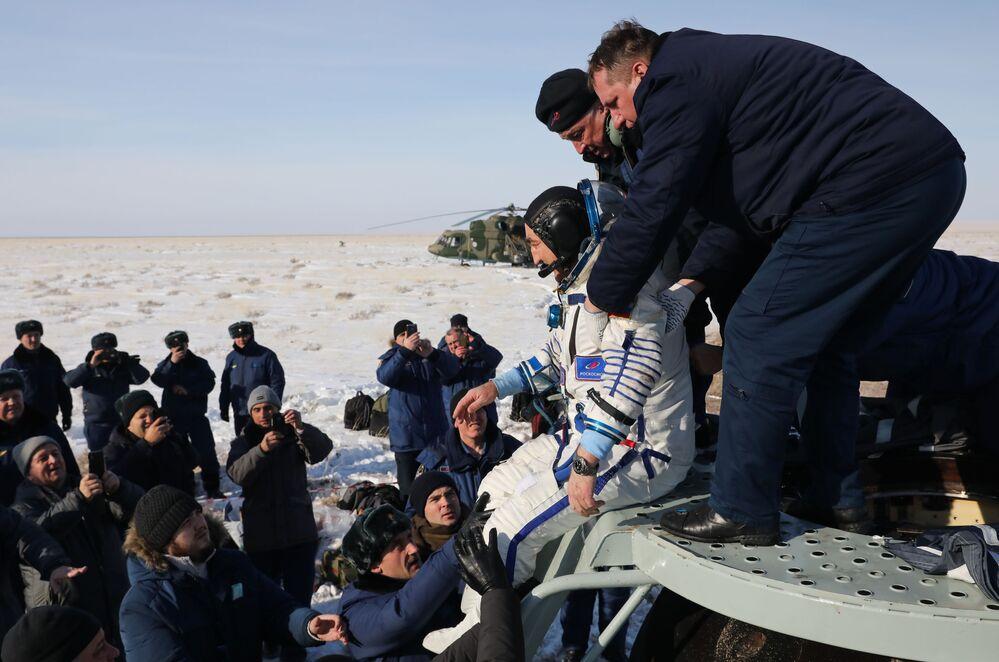 رائد الفضاء ألكسندر سكفورتسوف الروسي بعد هبوطه على متن مركبة الفضاء سويوز إم سي-13 في كازاخستان، 6 فبراير 2020