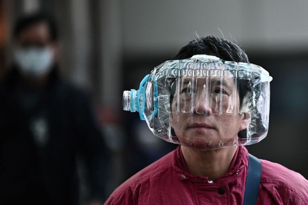 مواطن هونغ كونغ يرتدي قناعا من زجاجة بلاستيكية، 31 يناير 2020