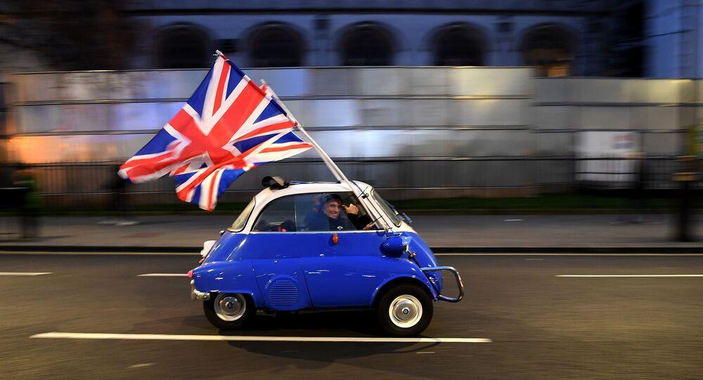 رجل يحمل أعلام بريطانيا في وسط لندن في يوم خروج المملكة المتحدة الرسمي من الاتحاد الأوروبي، 31 يناير 2020