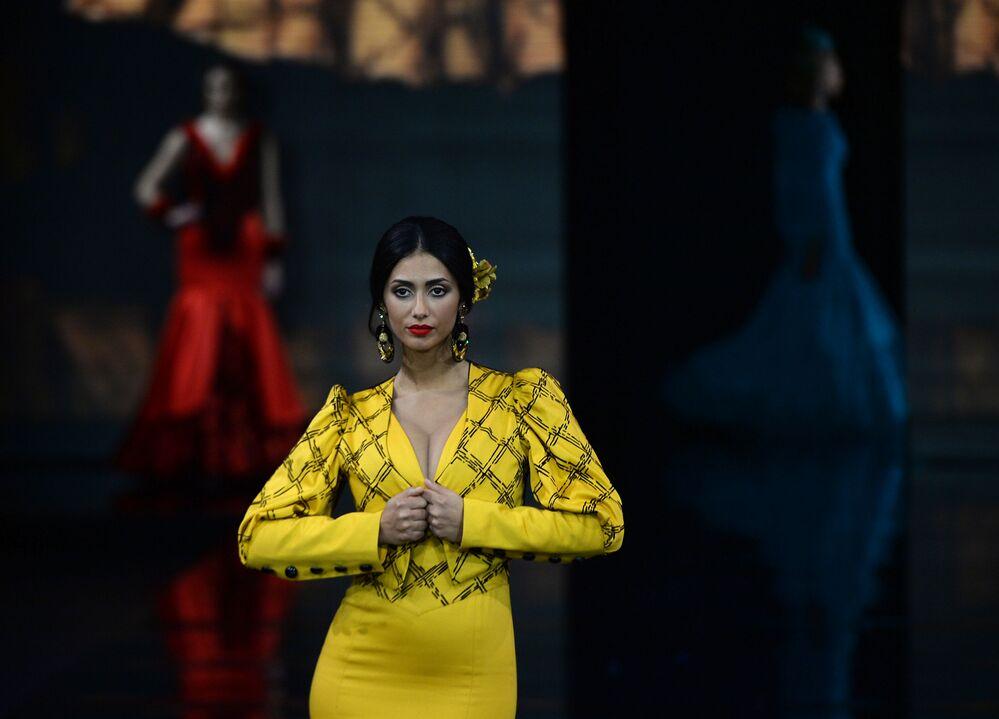 عارضات أزياء تقدم تصاميم لولي فيرا (Loli Vera) خلال عرض أزياء الفلامنكو الدولي (سيموف) (International Flamenco Fashion Show (SIMOF)) في إشبيلية، إسبانيا في 1 فبراير 2020.