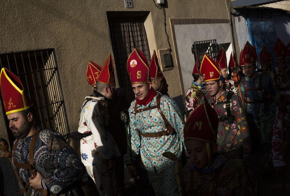 المشاركون خلال مسيرة كجزء من المهرجان التقليدي إنديابلادا (إخوان الشياطين :Andiablad) في مدينة الموناسيد ديل ماركيسادو في إسبانيا 3 فبراير 2020