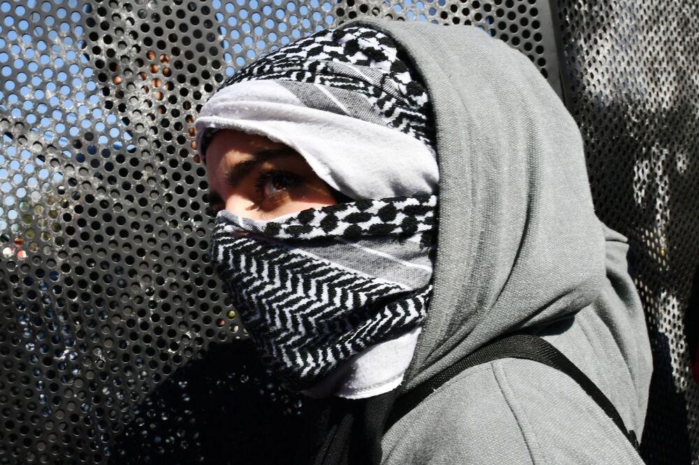 إحدى المشاركين في تظاهرة احتجاجية ضد إعلان الرئيس الأمريكي دونالد ترامب لـصفقة القرن، بيروت، لبنان 2 فبراير 2020
