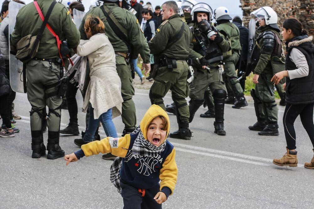 اشتباكات بين المهاجرين والشرطة في مخيم للاجئين في ليسبوس، اليونان 3 فبراير 2020