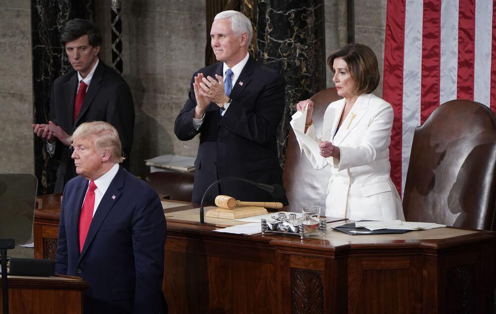 رئيسة مجلس النواب الأمريكي، نانسي بيلوسي، تمزق خطاب الرئيس الأمريكي دونالد ترامب، بعد انتهاء الأخير من إلقاء خطابه السنوي أمام الكونغرس الأمريكي في واشنطنن 5 فبراير 2020