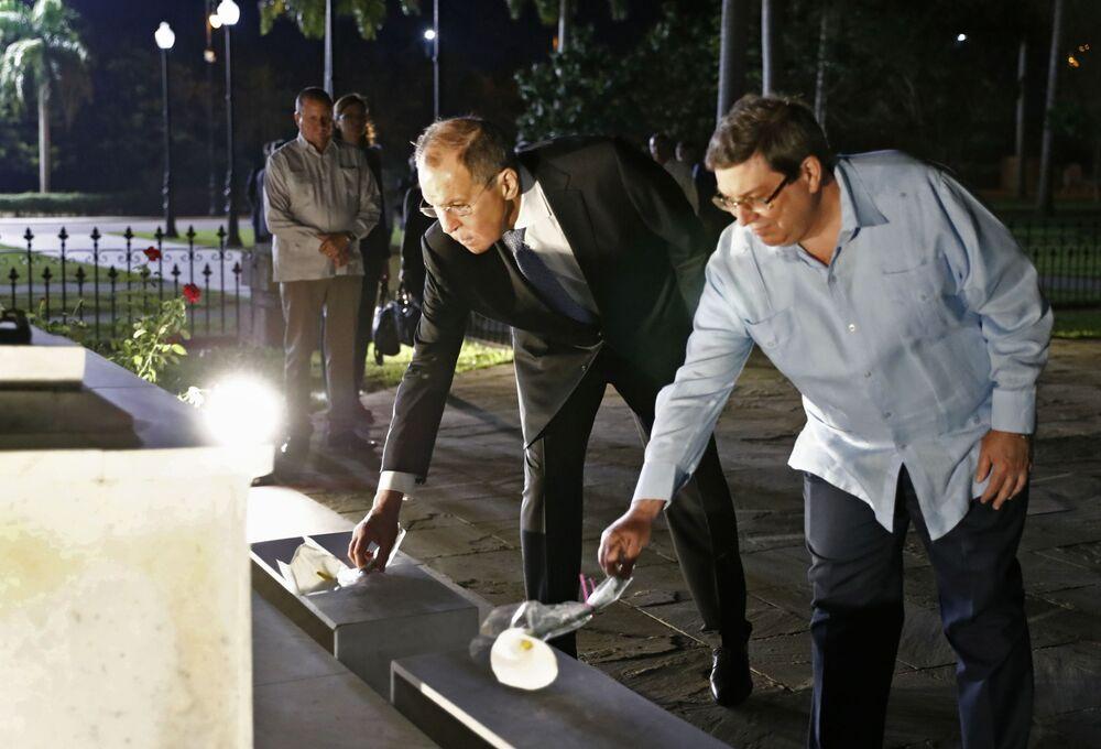 وزير الخارجية الروسي سيرغي لافروف ووزير الخارجية الكوبي برونو رودريغيز بارييا يشاركان في مراسم وضع أكاليل الزهور على مقبرة سان إفيجينيا 6 فبراير 2020