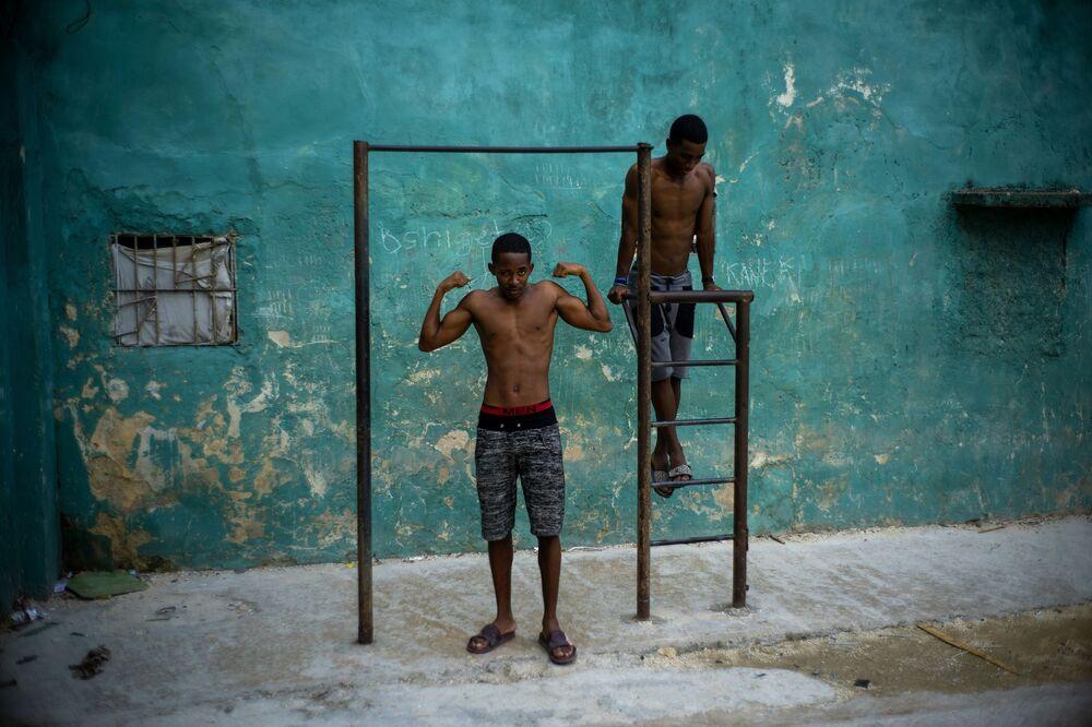 شاب يستعرض عضلاته في هافانا، كوبا 5 فبراير 2020
