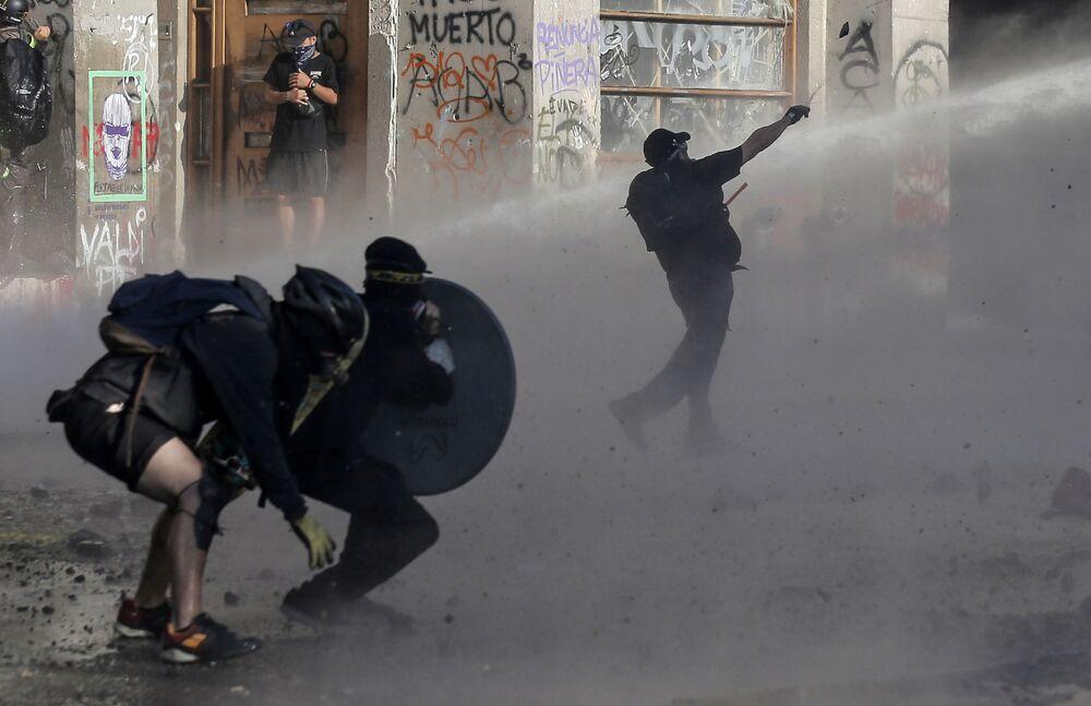 اشتباكات بين المتظاهرين والشرطة خلال احتجاجات في سانتياغو، تشيلي 1 فبراير 2020