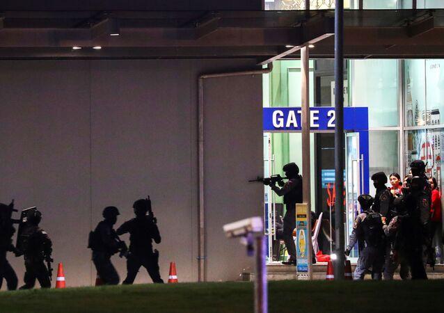 قوات الأمن التايلندية تقتحم مركز تجاري أثناء مطاردتها لمطلق نار مختبئ بعد إطلاقه نار عشوائي، تايلاند، 8 فبراير/ شباط 2020