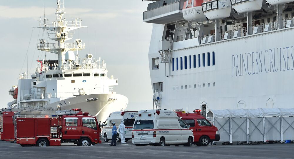 سيارات الطوارئ أمام السفينة السياحية باليابان